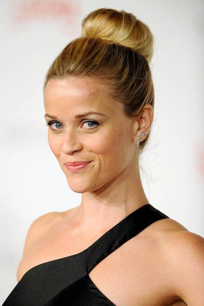 Reese Witherspoon looks stylishly chic with her simple yet elegant hair bun. (Image sourced from Pinterest).