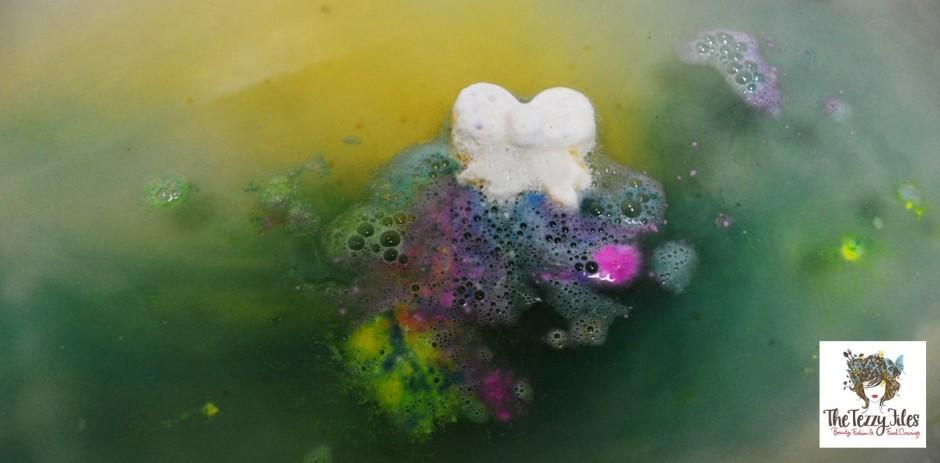 lush golden wonder bath bomb review2